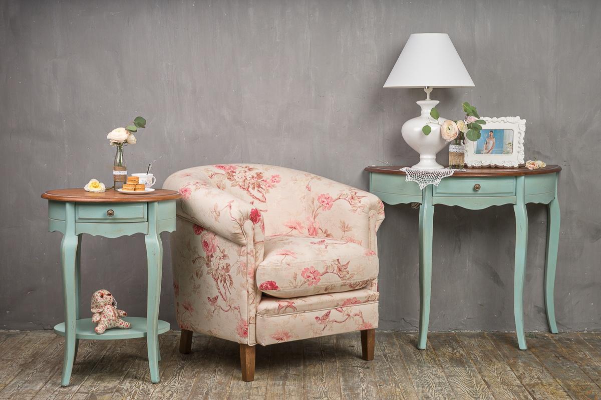 Цветочная обивка кресла в стиле прованс