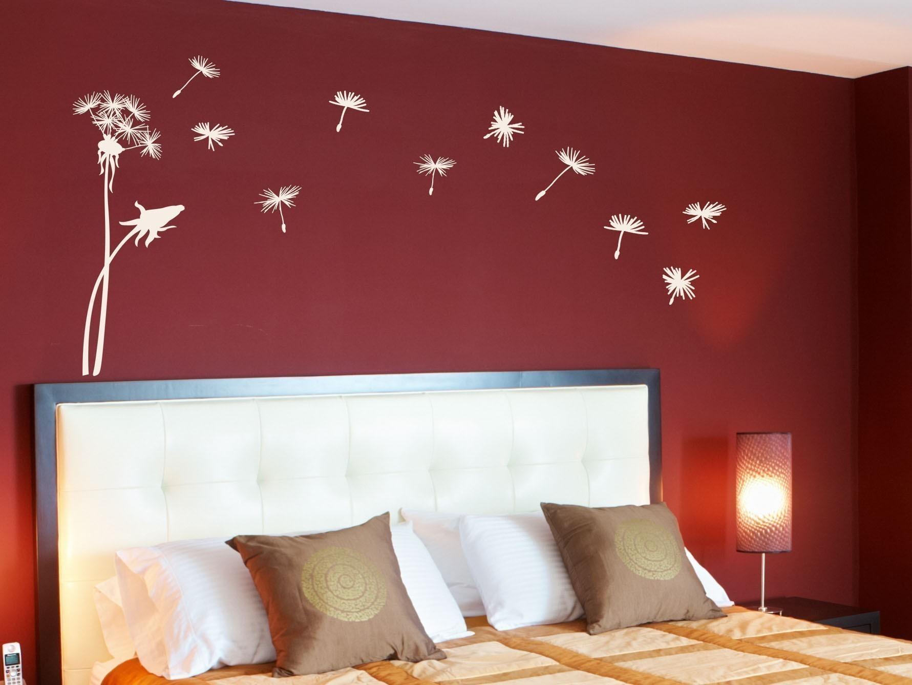 Одуванчики на стене спальни
