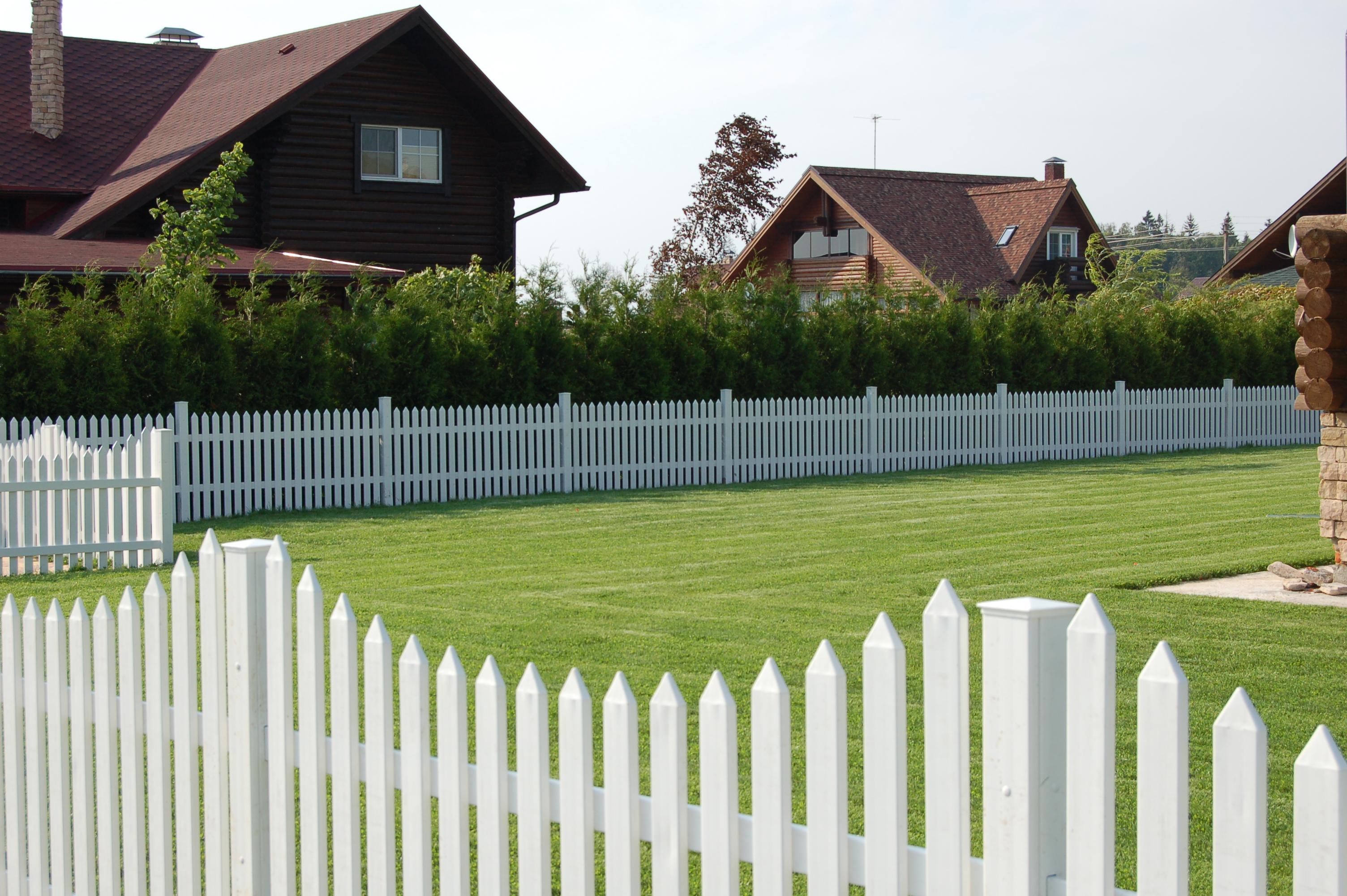 Ограда с деревянными столбами