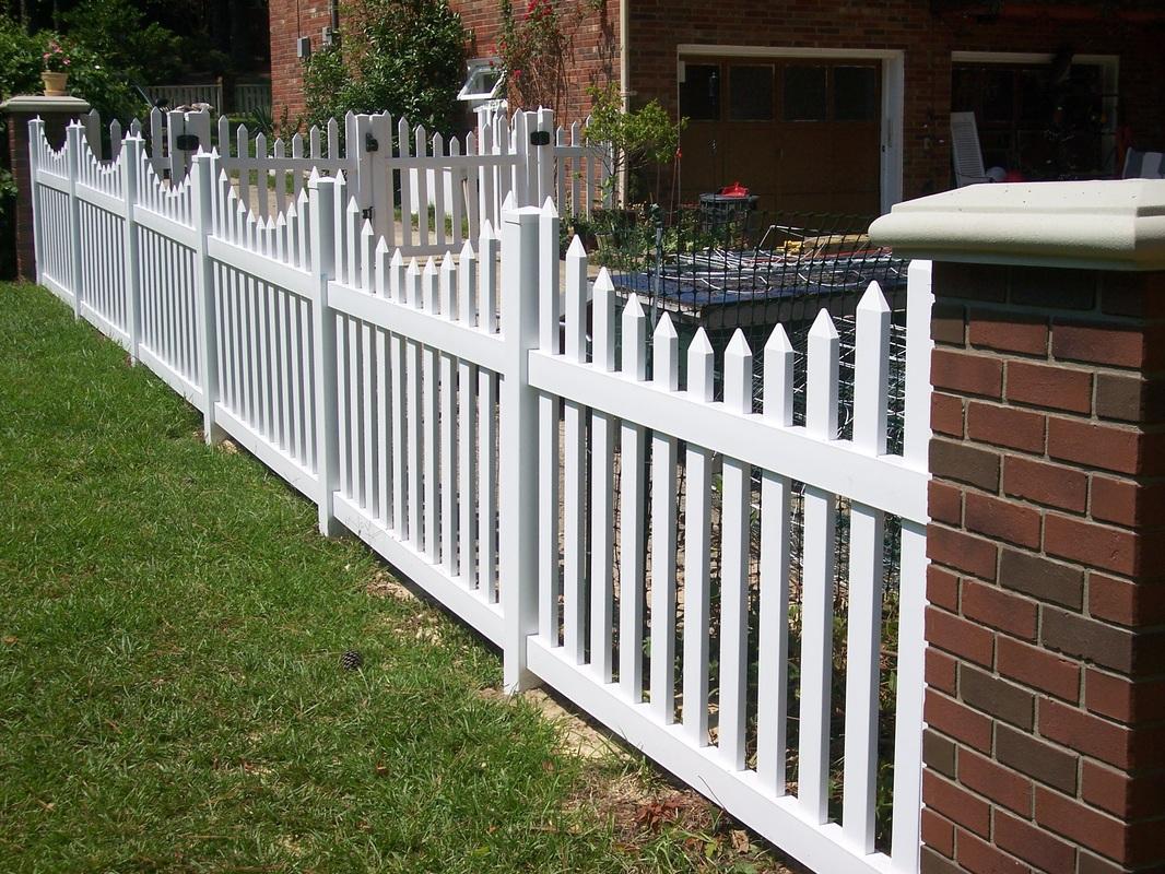 Ограда с кирпичными столбами