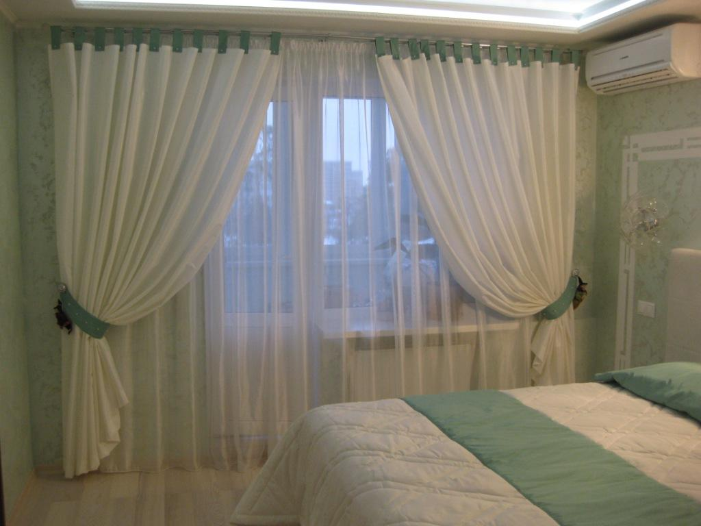Тюль на окне в спальне