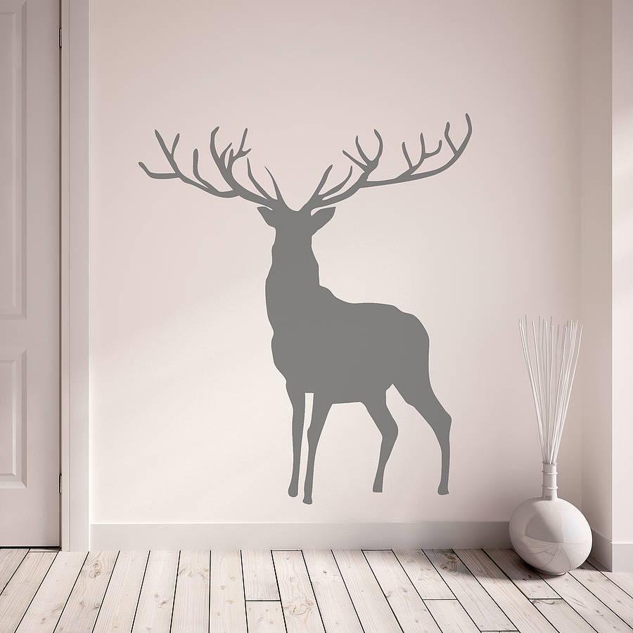 Рисунок оленя на стене в доме