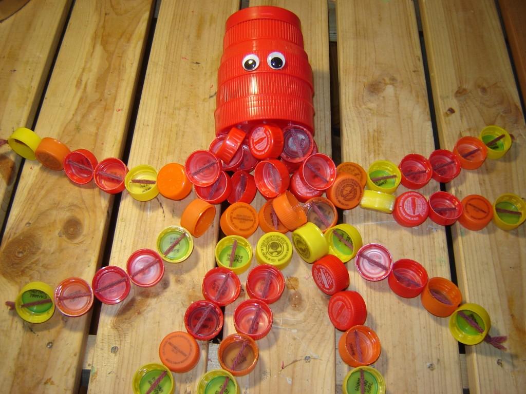 Осьминог из пластиковых бутылок и пробок