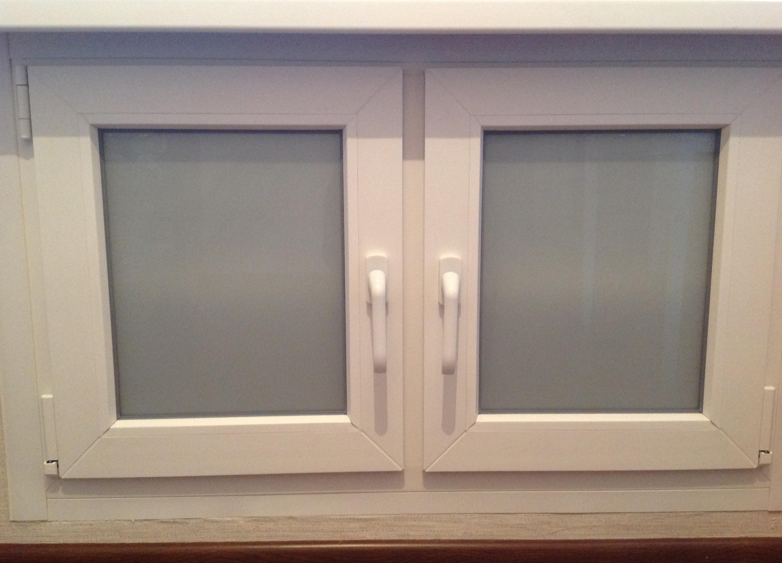 Холодильник под окном отделка