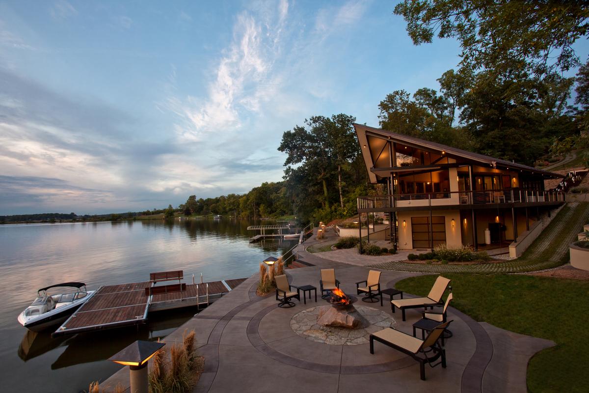 Патио в доме у озера