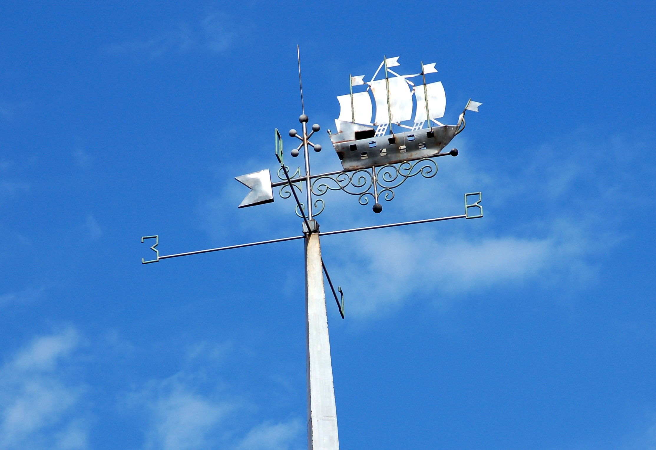 Флюгер с парусником на крыше