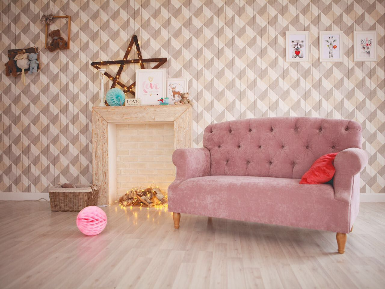 Розовый диван в пастельном оттенке