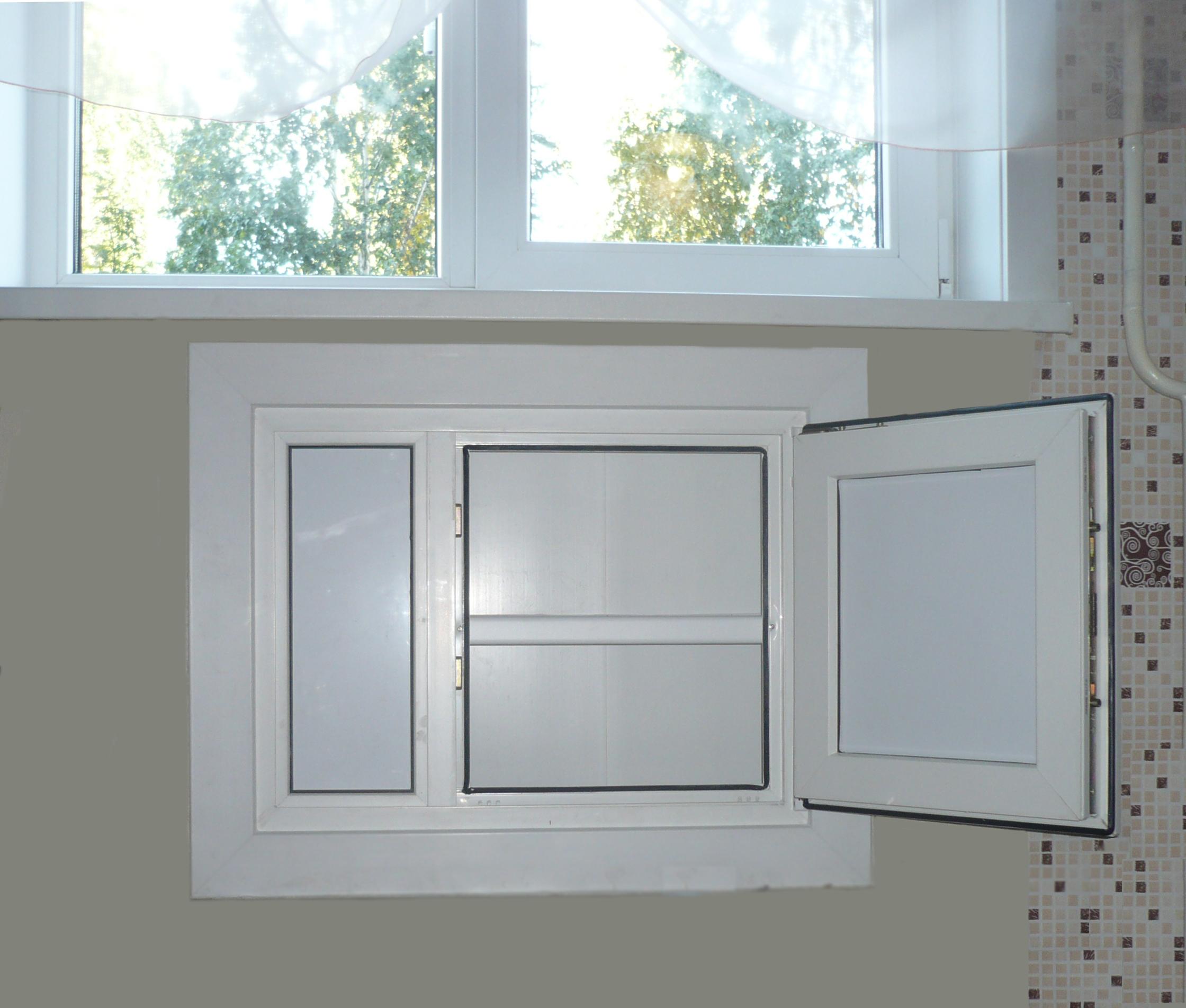Холодильник под окном с пластиковыми дверками