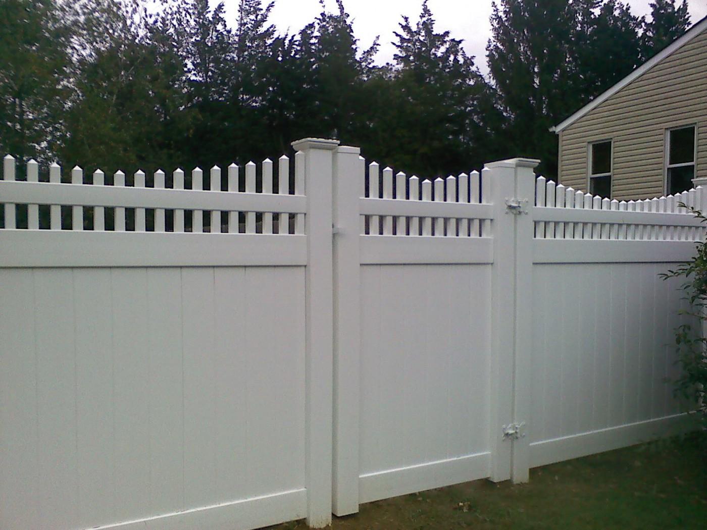 Забор со столбами из пластика