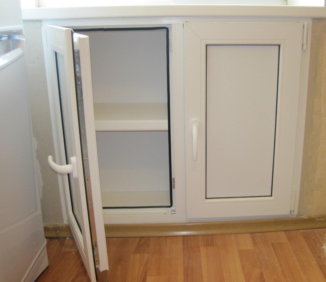 Холодильник под окном пластиковый