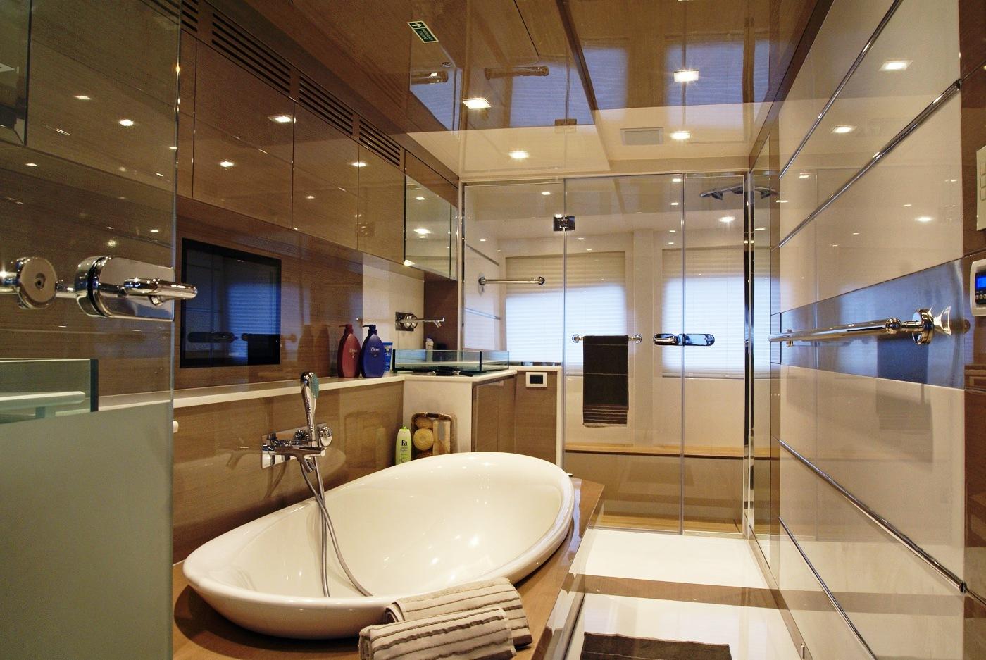 Плазменный телевизор в ванной комнате