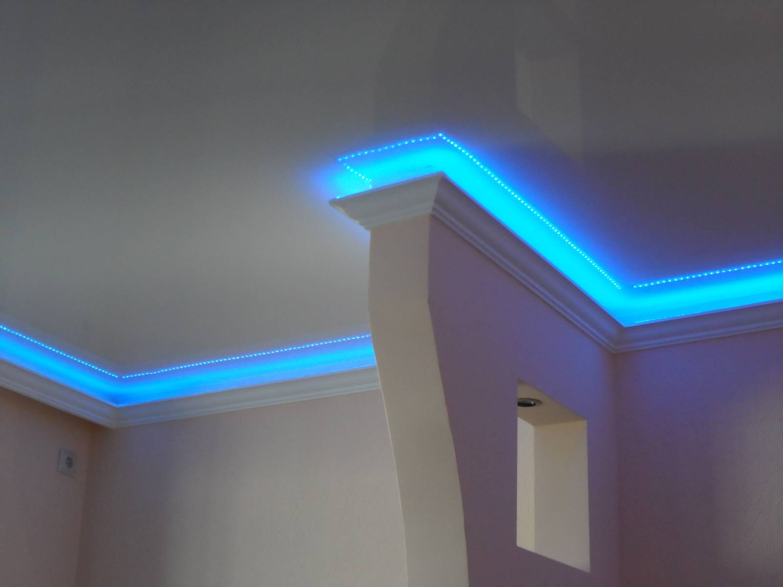 Потолочный плинтус со светодиодной подсветкой