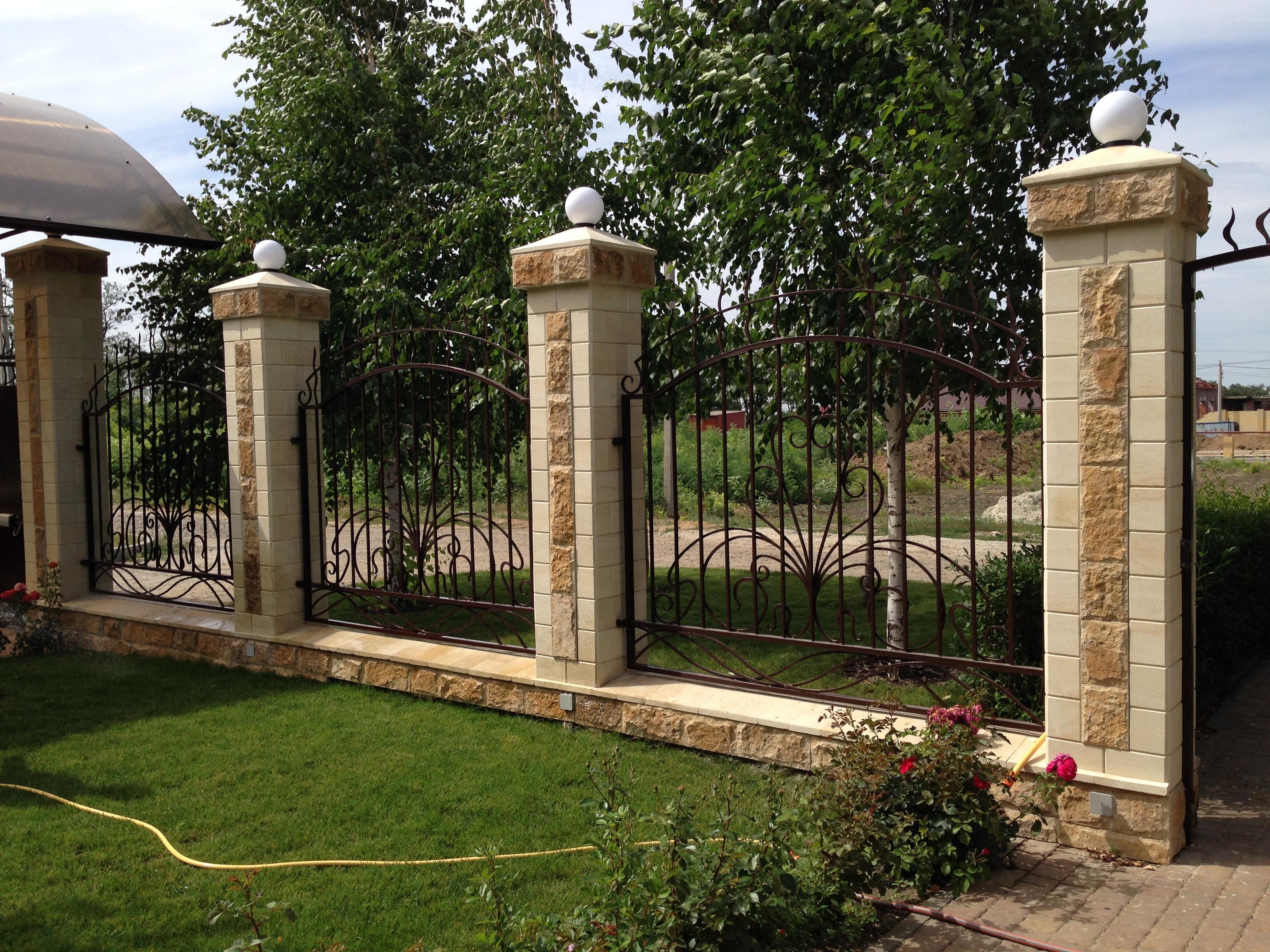 Каменная плитка на заборе