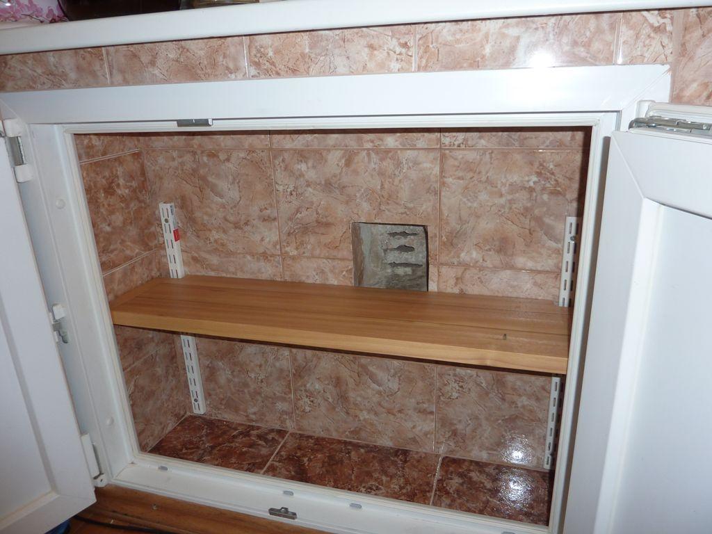 Холодильник под окном с плиткой