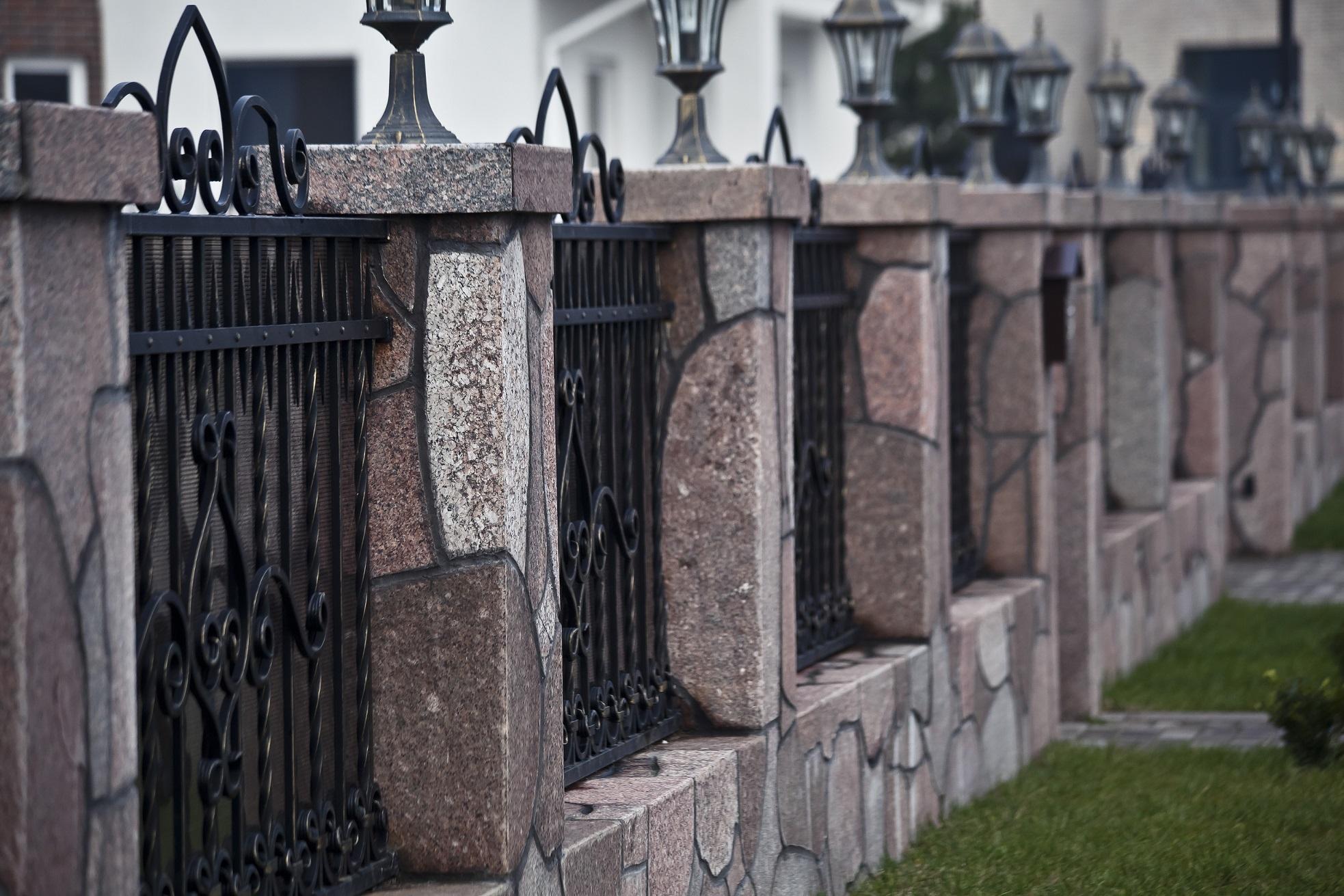 Забор со столбами под камень