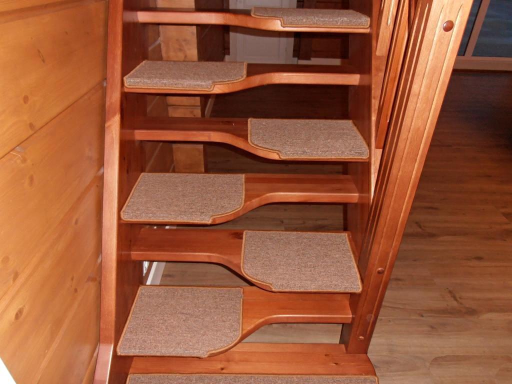 """Лестница """"гусиный шаг"""" с ковровым покрытием"""
