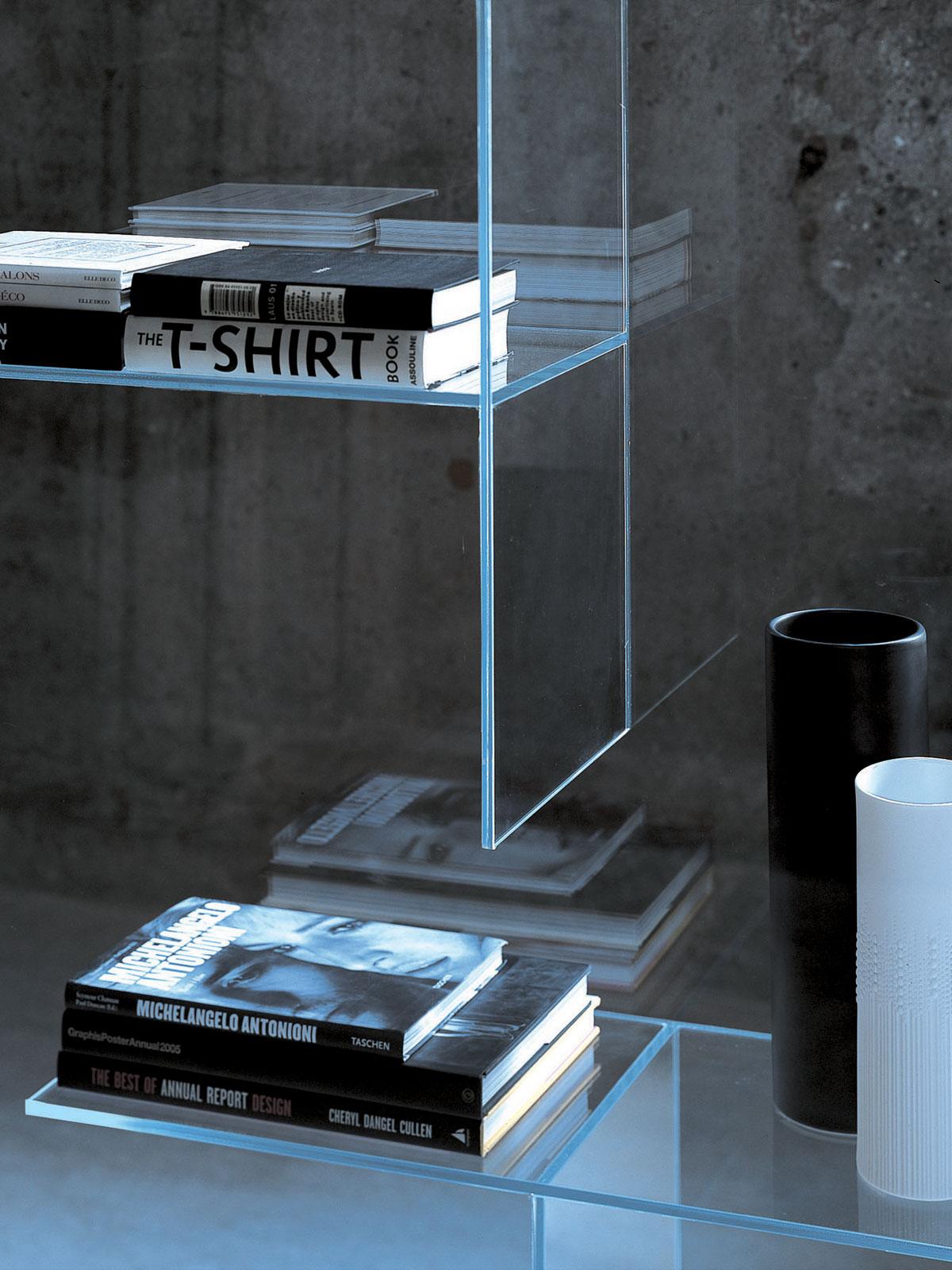 Полки из стекла в интерьере квартиры