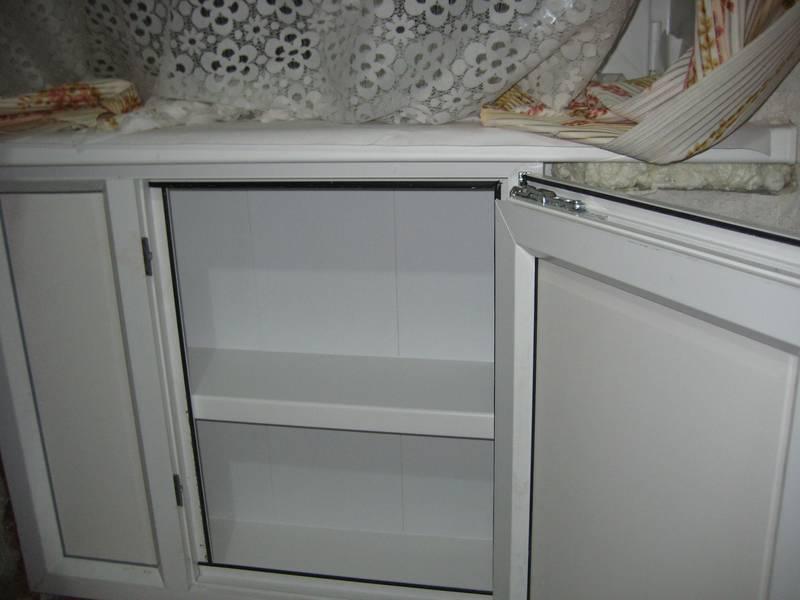Холодильник под окном с полками