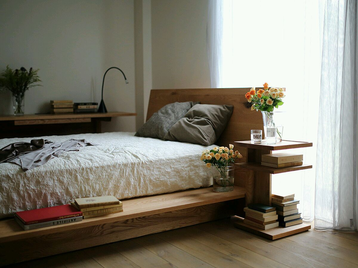 Кровать из массива с полочками