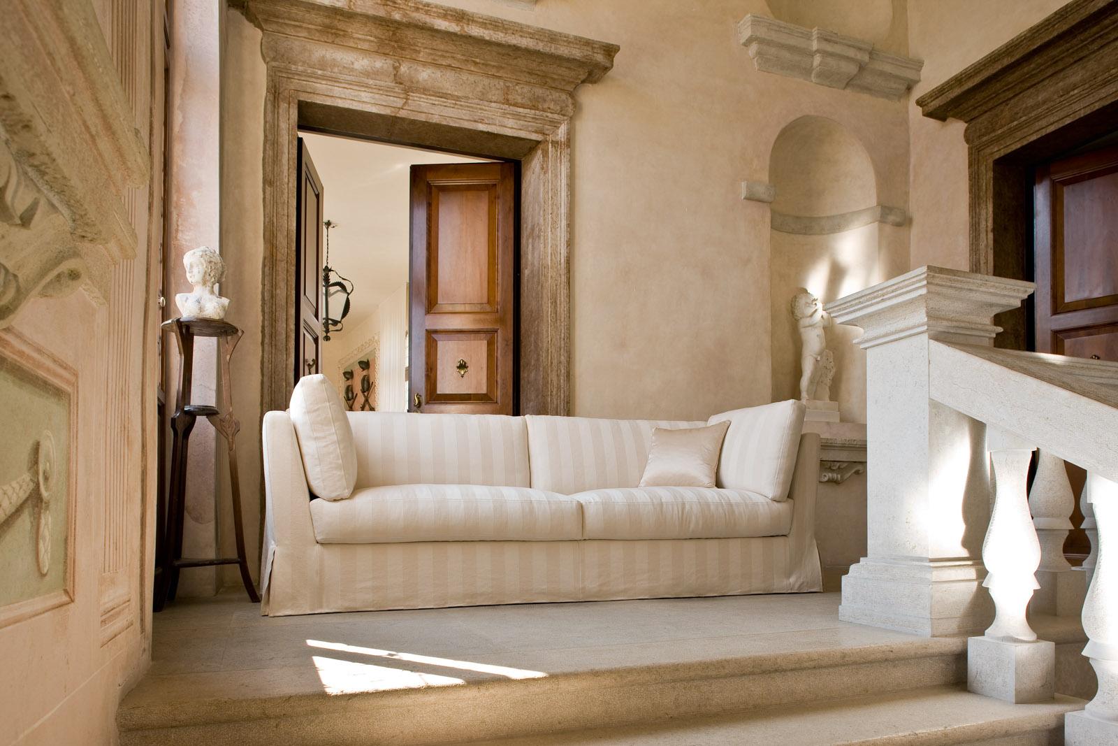 Полосатый диван в классическом стиле