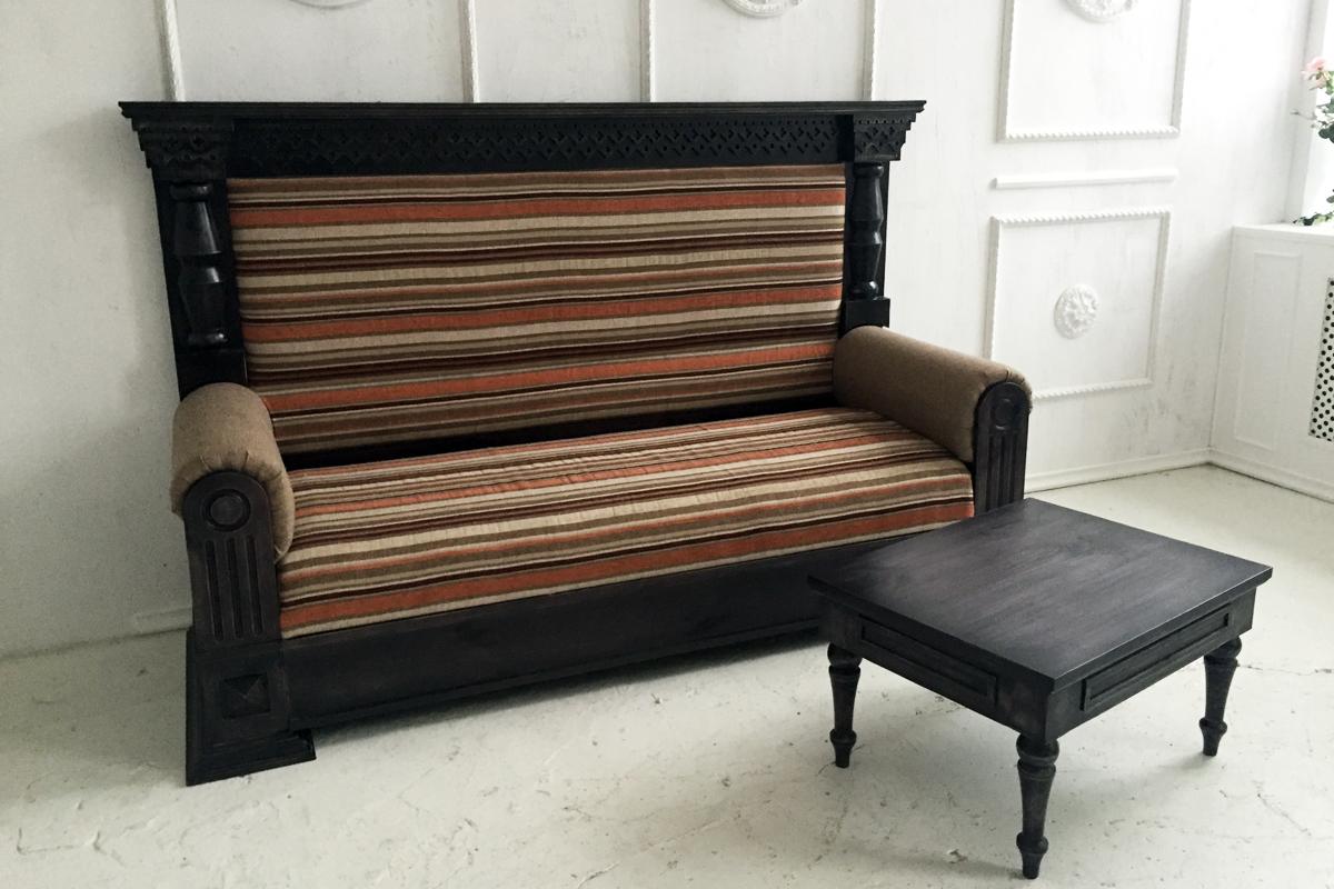 Полосатый диван из массива дерева