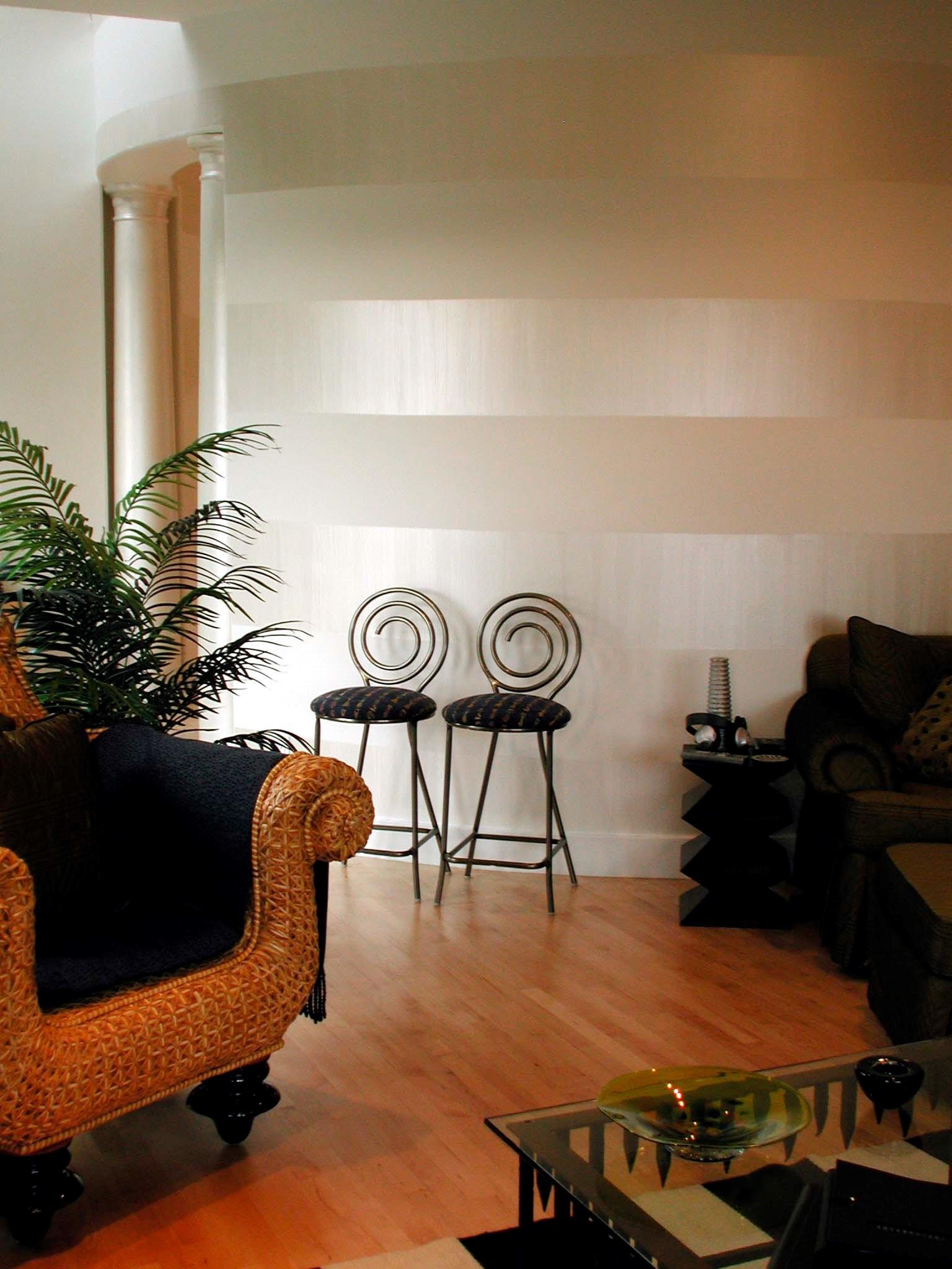 Полосы на стене из перламутровой краски