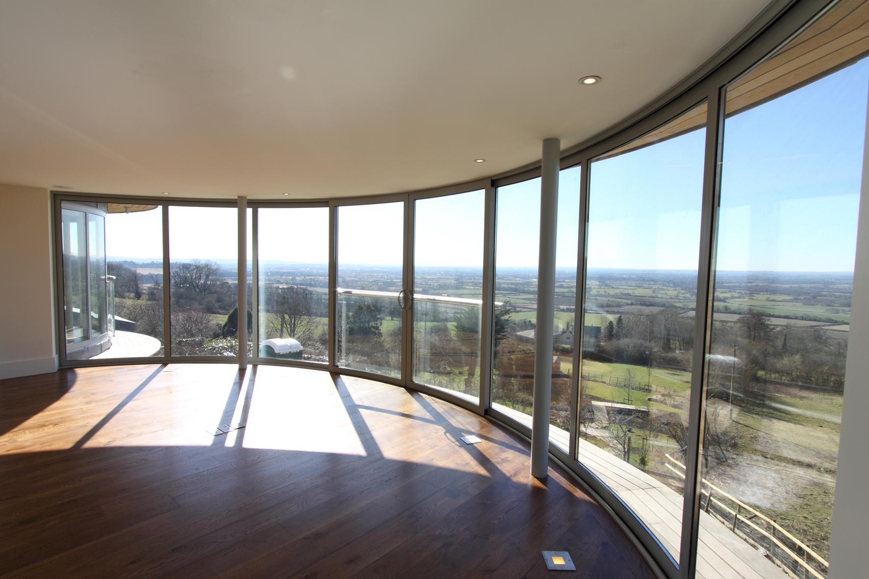 Полукруглый панорамный балкон с подсветкой