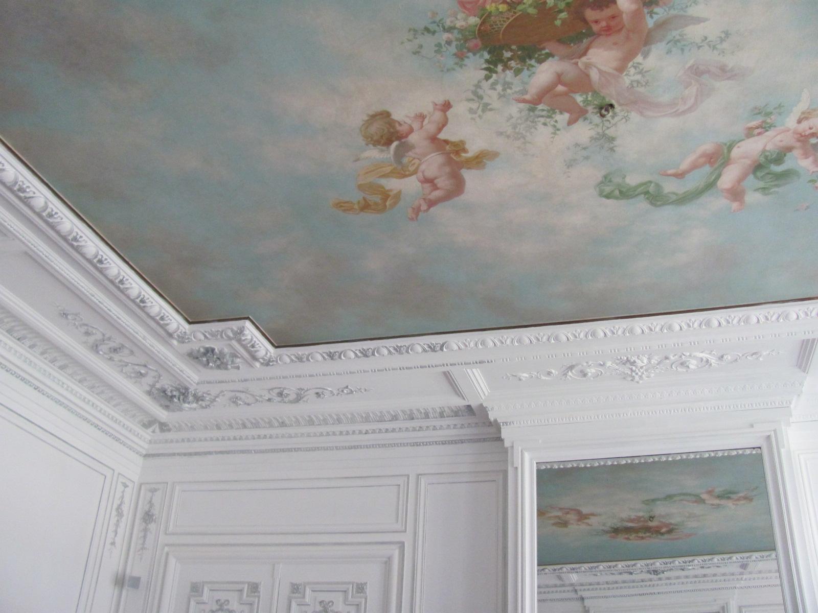Декор из гипса на потолке с росписью
