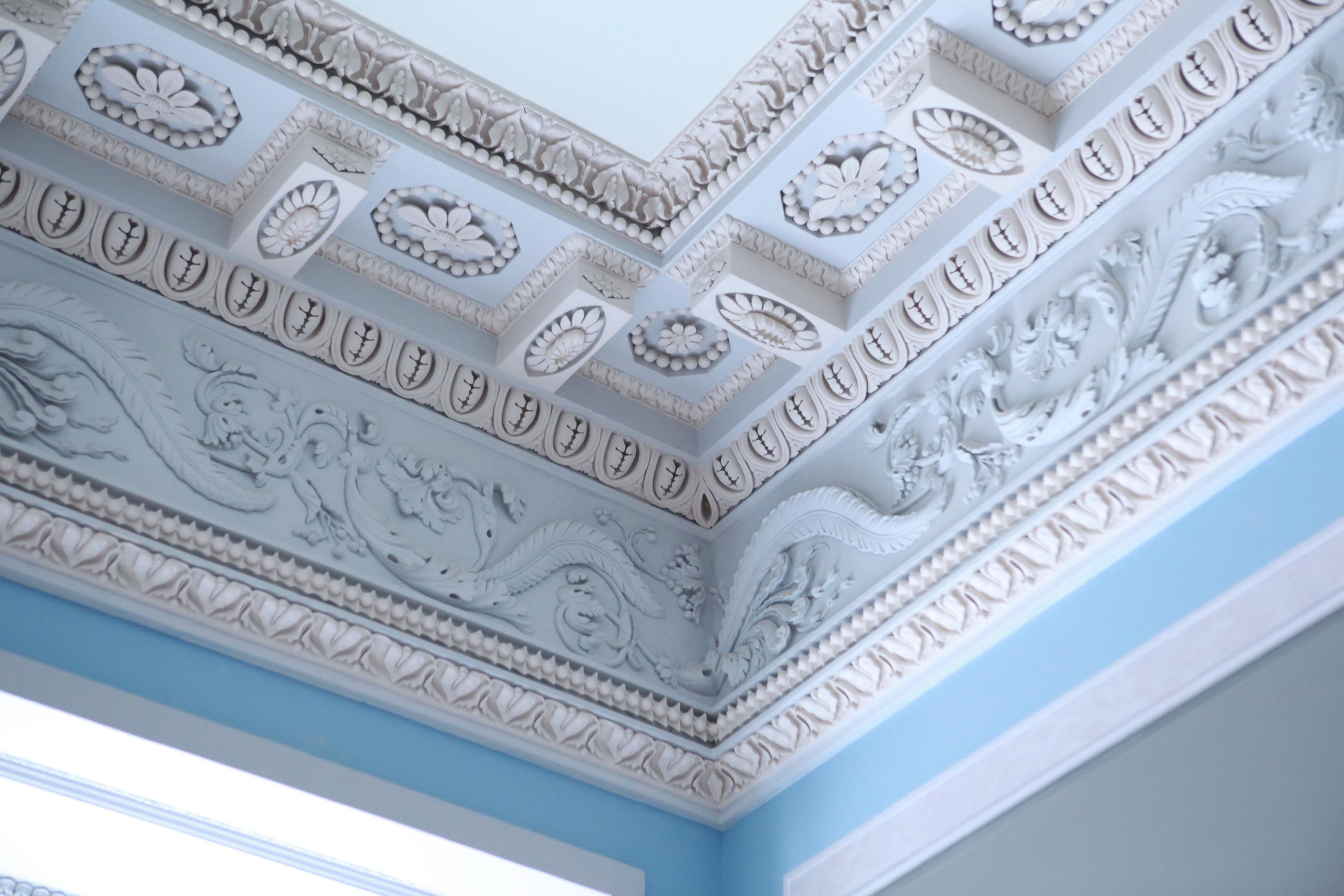 Декор потолка лепниной из гипса