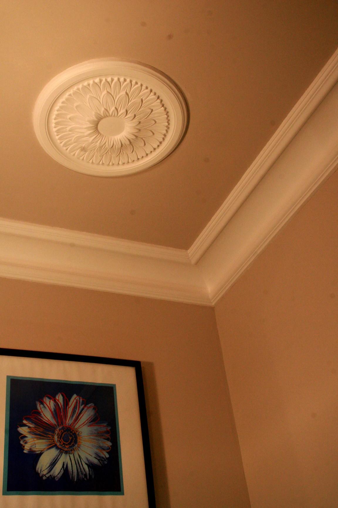 Декор из гипса на потолке