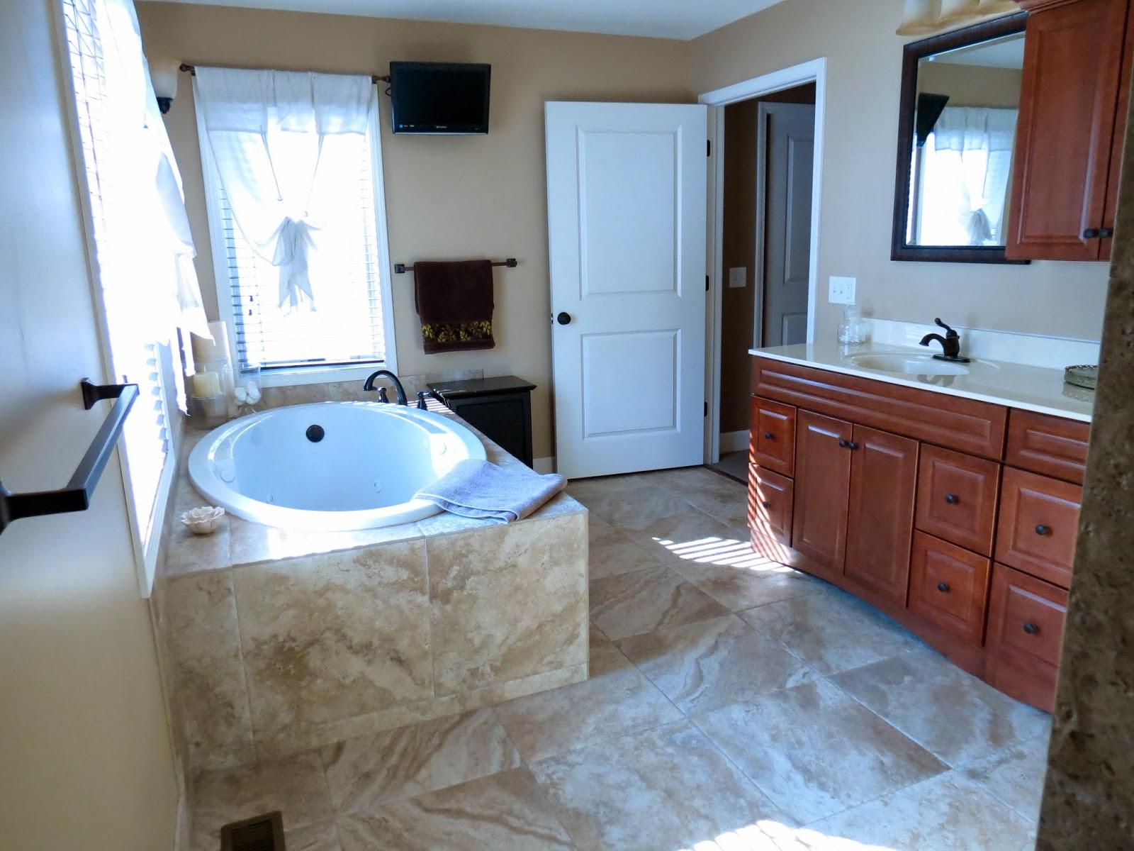 Телевизор под потолком ванной комнаты