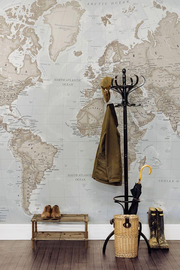 Карта мира в интерьере прихожей