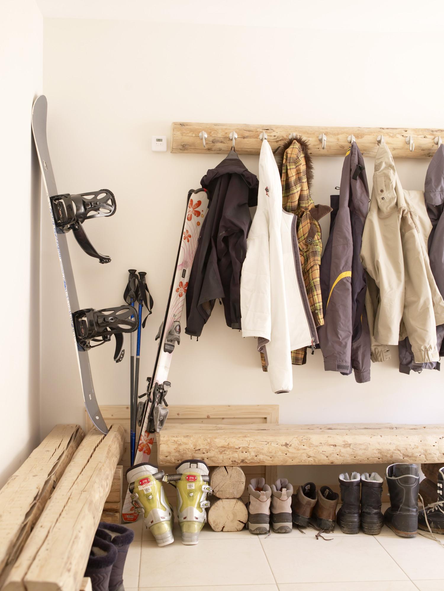 Хранение лыж в прихожей