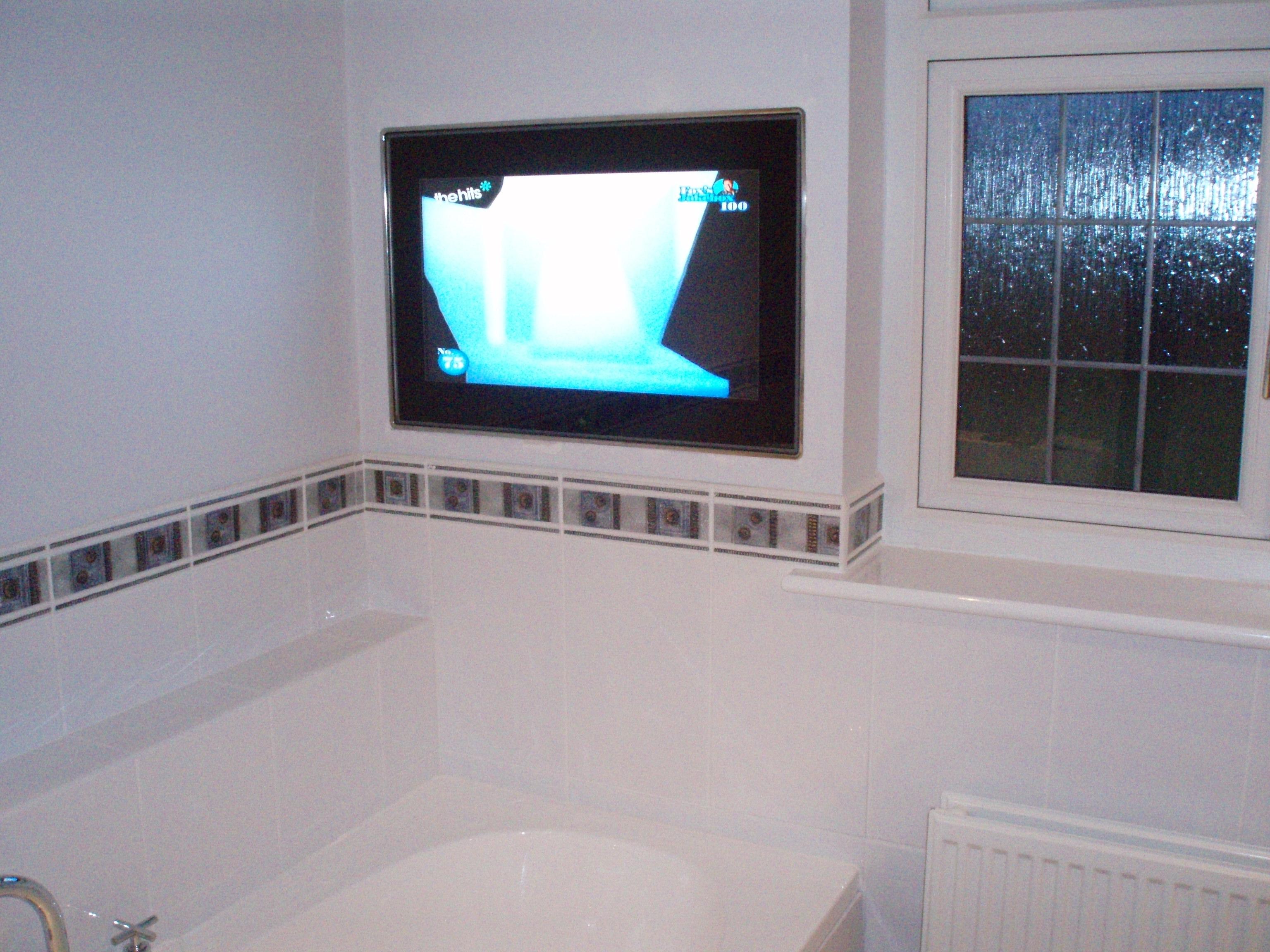 Телевизор на дистанционном управлении в ванной комнате