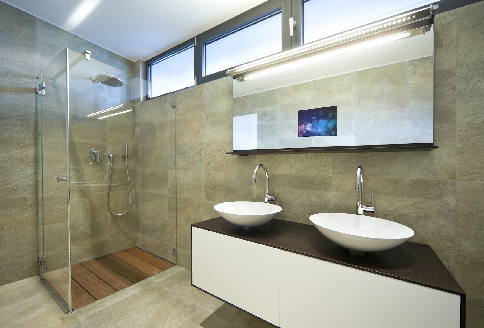 Телевизор над раковиной в интерьере ванной