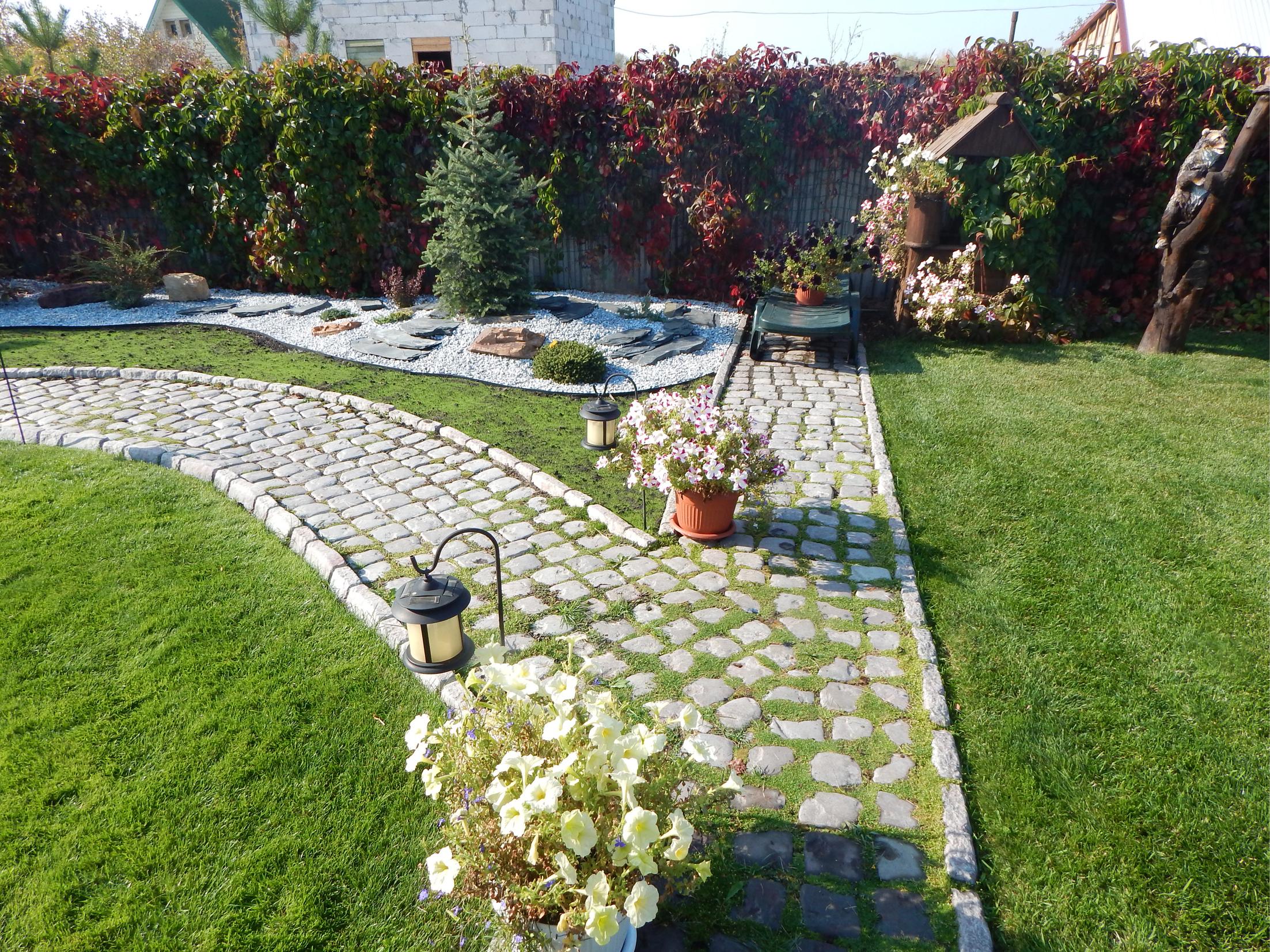 Тротуарная брусчатка в саду с эффектом состаривания