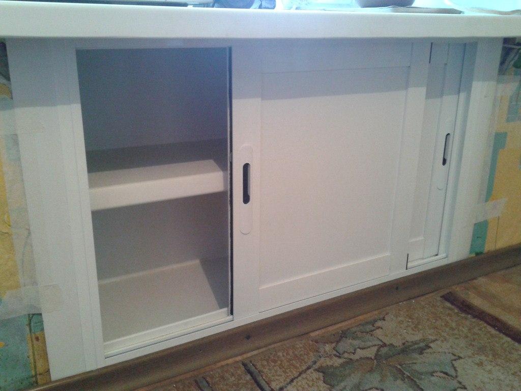 Холодильник под окном с раздвижными дверями