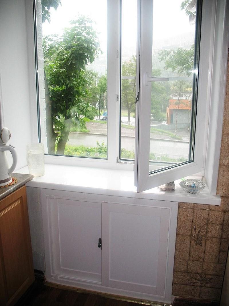 Холодильник под окном с раздвижными дверками