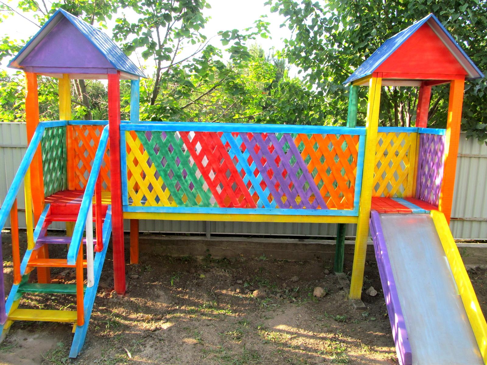 Разноцветная детская площадка