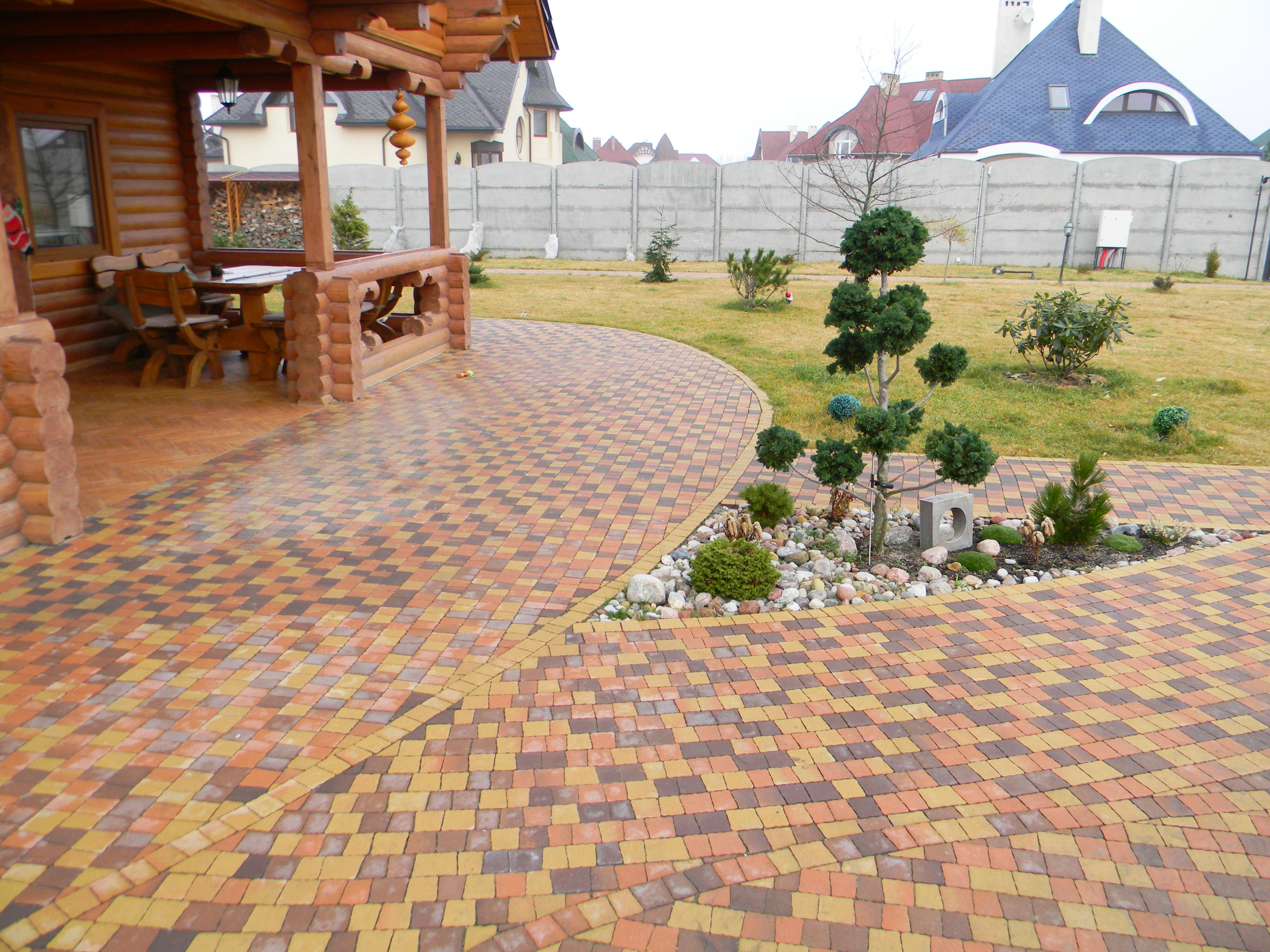 Разноцветная тротуарная плитка на даче