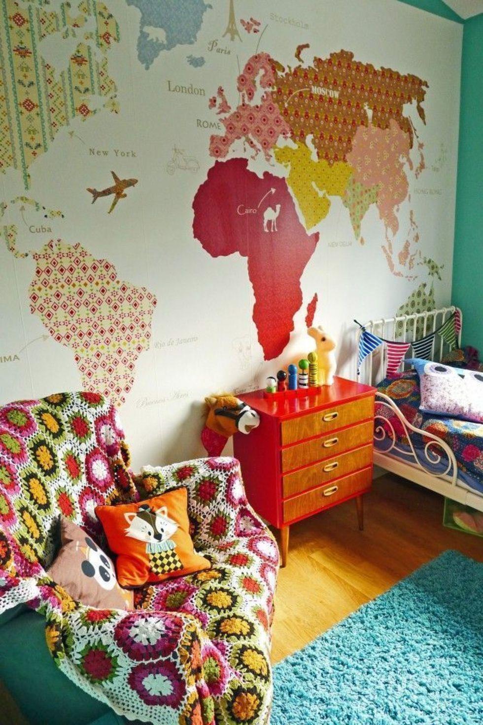 Разноцветная тематическая карта в интерьере