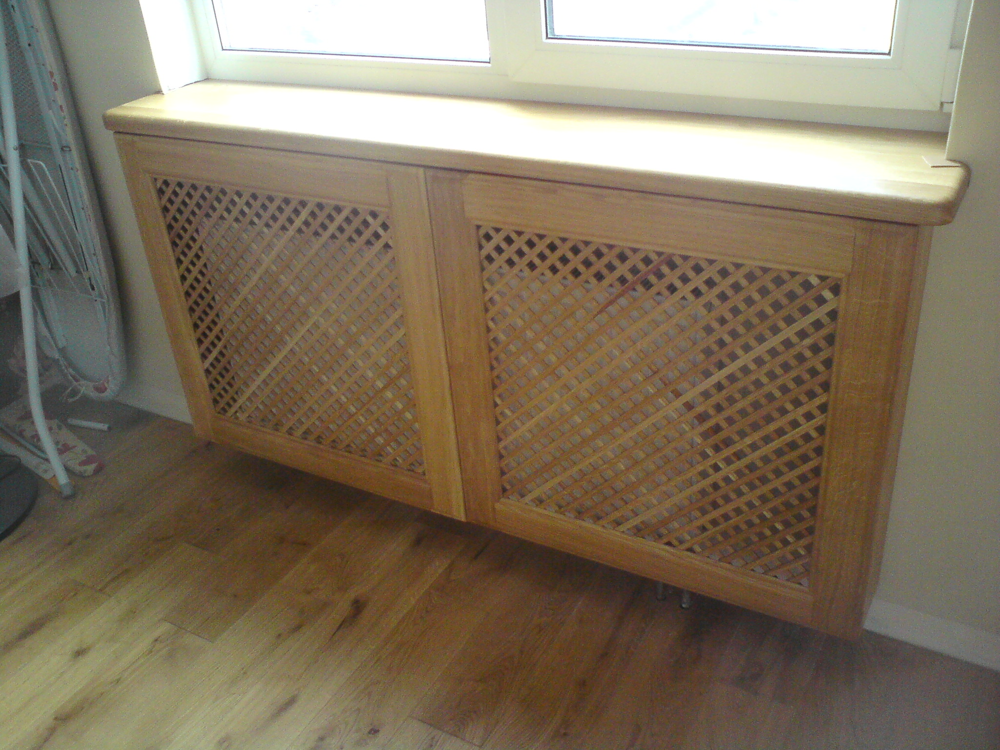 Решетка на радиатор под кухонным окном