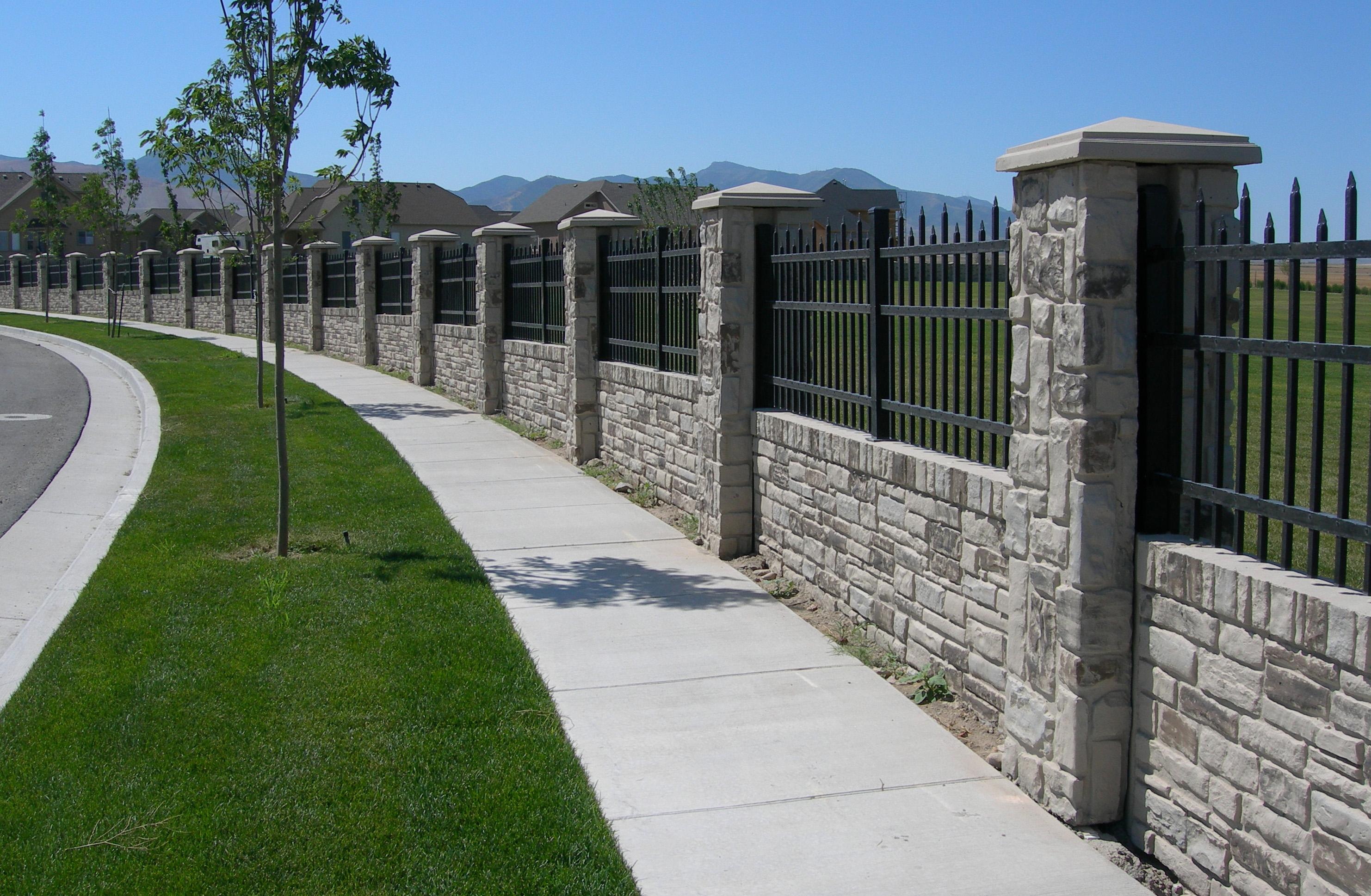 Каменный забор с решеткой