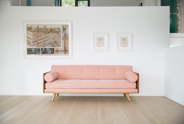 Розовый диван в стиле ретро