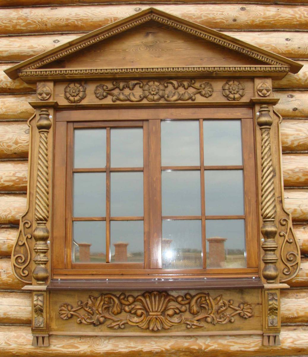 Декоративная резьба вокруг окна