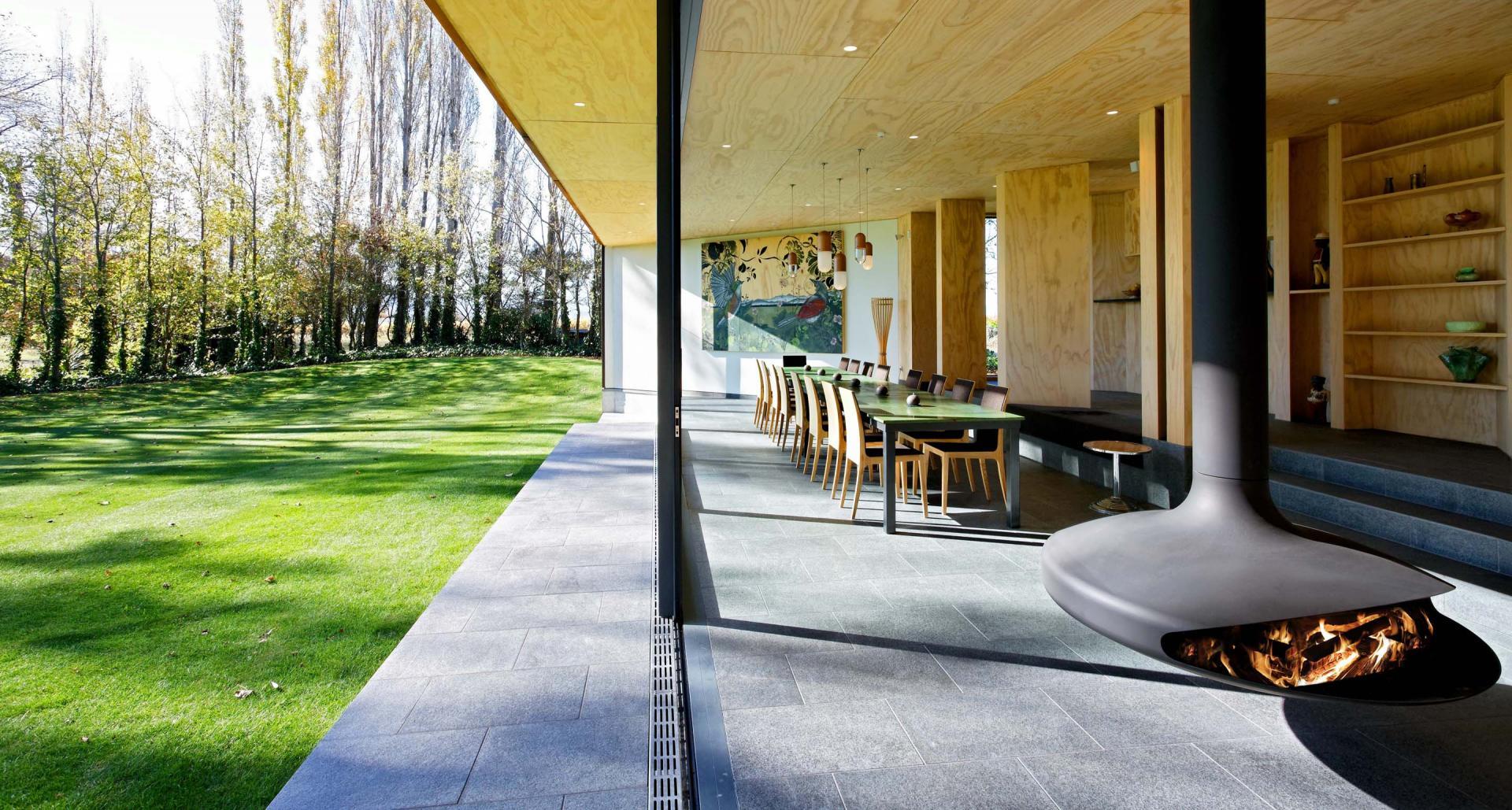 Кухня-гостиная с камином в интерьере частной резиденции