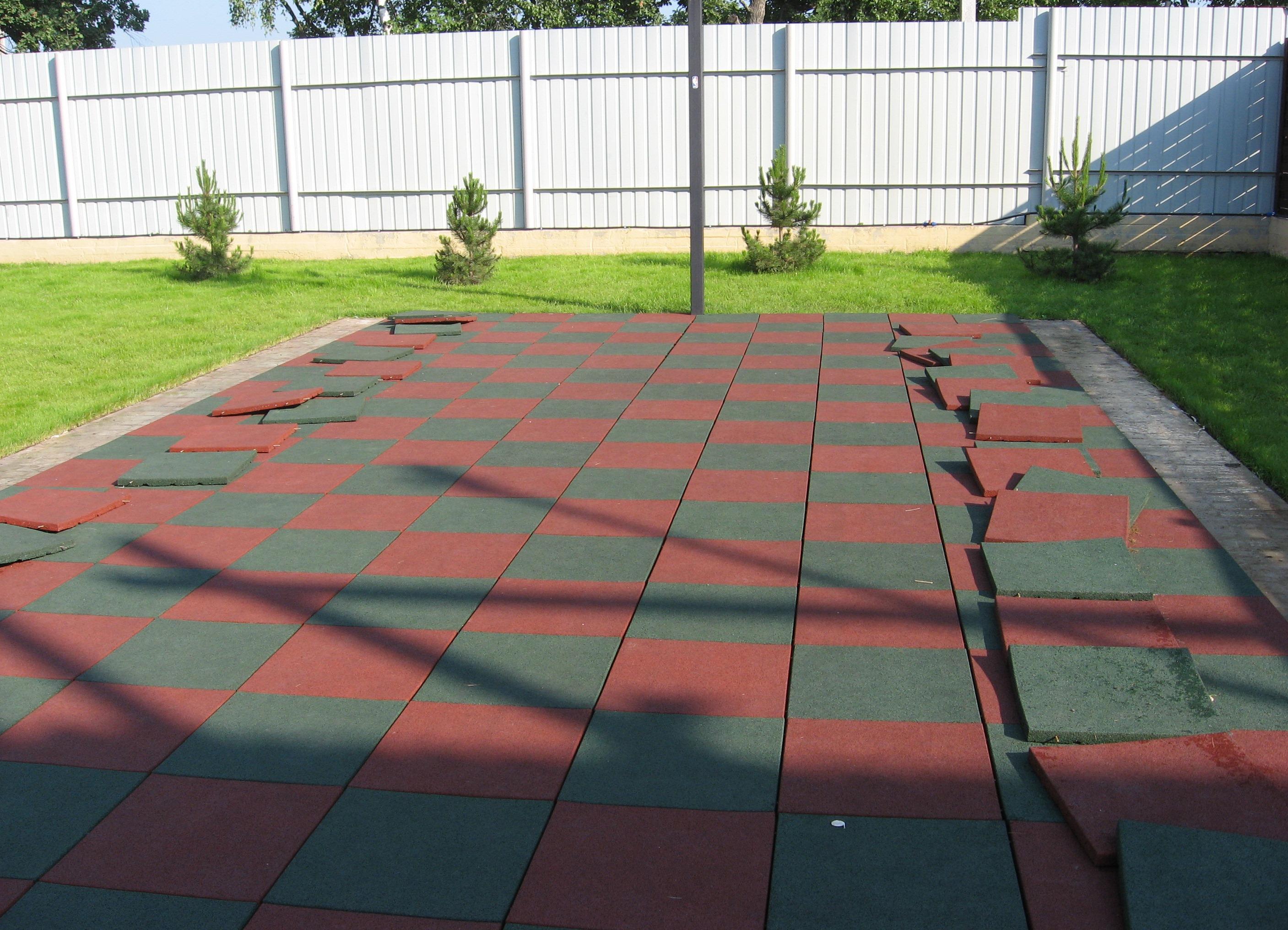Резиновая плитка на даче