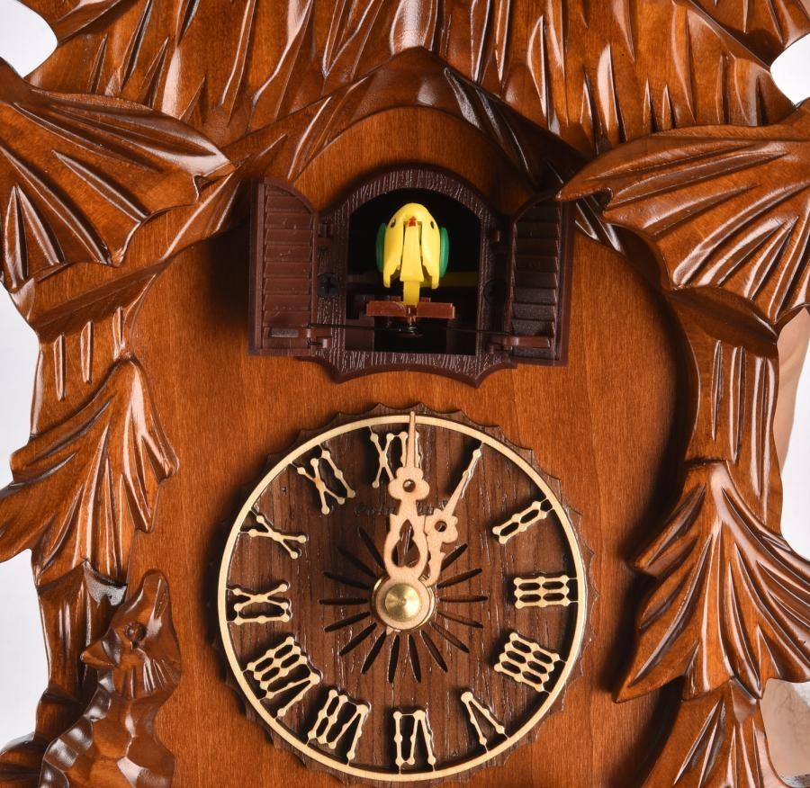 Часы с кукушкой с декоративной резьбой