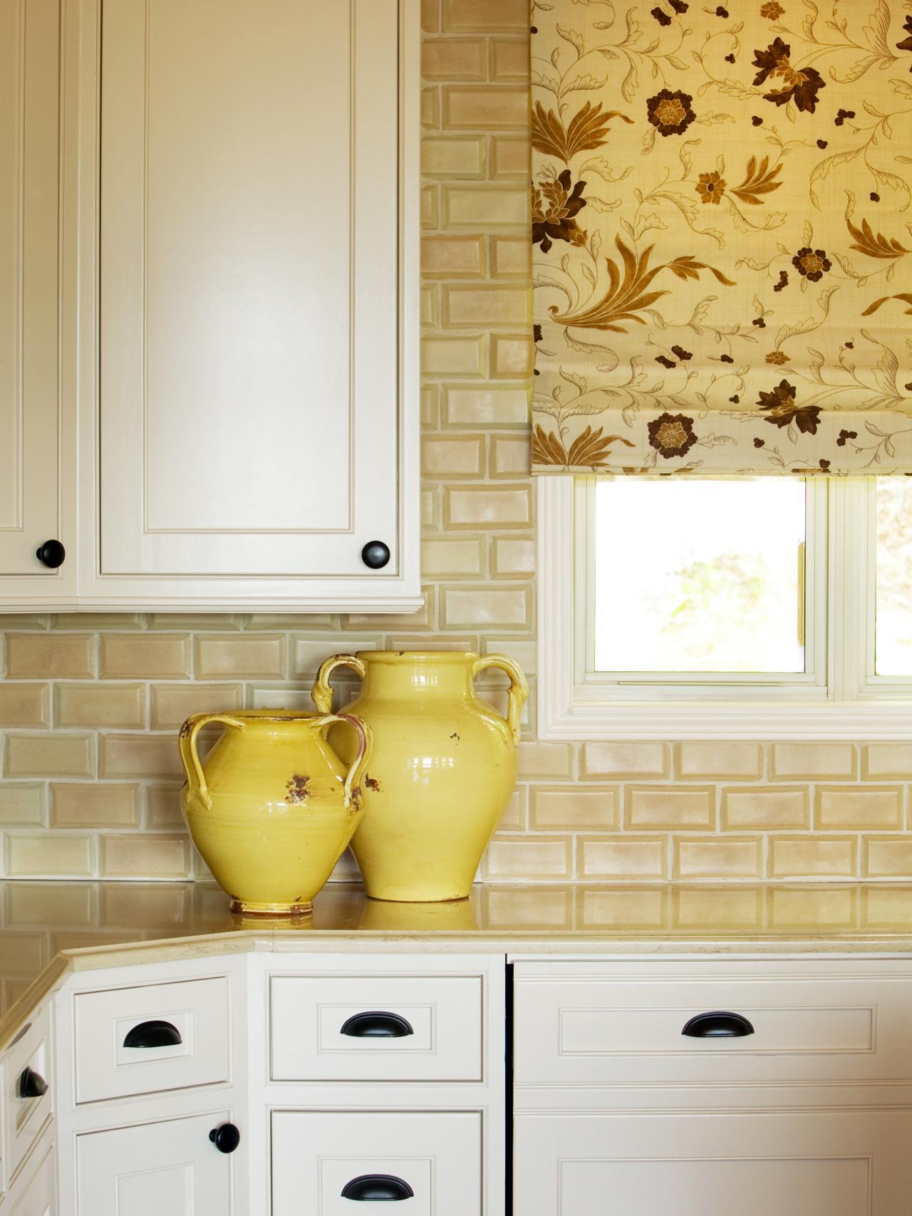 Оформление кухонного окна римской шторой
