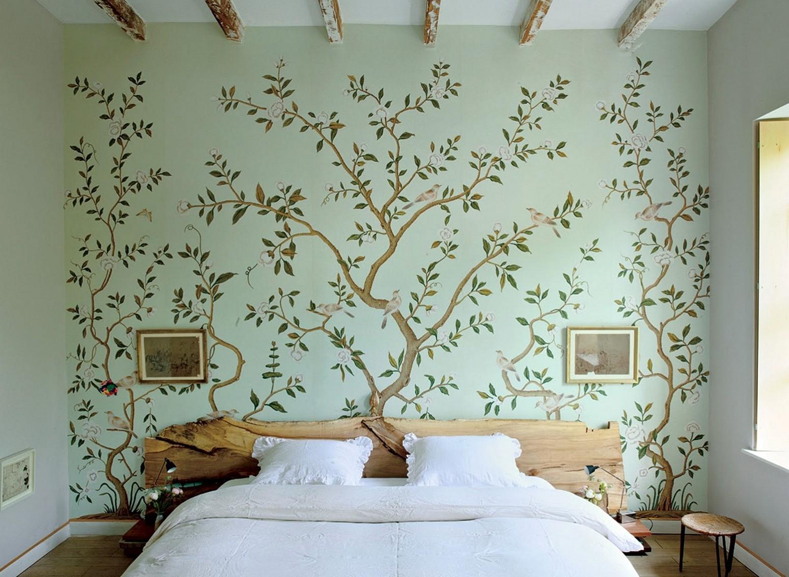 Фотообои с рисунком над кроватью в спальне